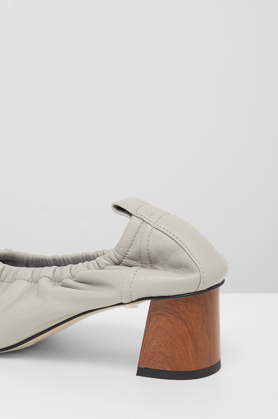 Banding leather pumps